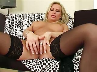 mature babe fisting her vagina